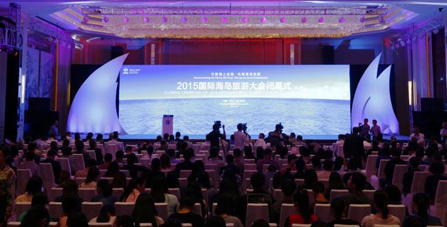 据中国驻菲律宾大使馆消息,9月2日《菲律宾星报》对菲律宾上半年旅游业情况进行了报道,菲律宾旅游部发展规划部长助理罗兰多卡尼扎尔透露,由于旅游环境安全、推介工作取得成效,上半年菲律宾旅游业发展显著,海外入境游客总计298万人次,同比增长13.7%,旅游业营收1273.7亿比索,同比增长14.