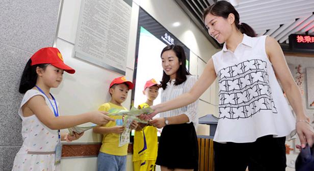 長沙:娃娃志願者走街串巷 倡導安全文明出行