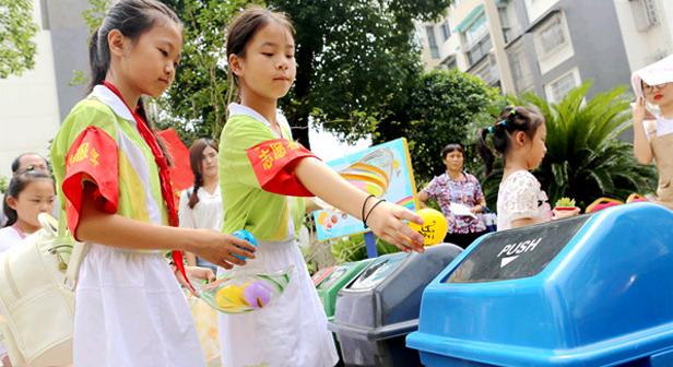 學垃圾分類做手繪環保袋 長沙娃娃暑假倡文明出行
