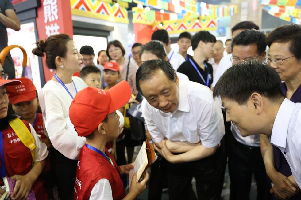 国家旅游局局长李金早接受小记者团的小记者采访