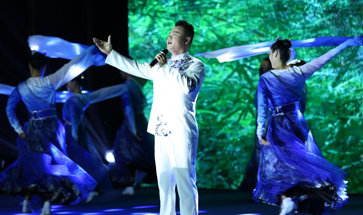 現場表演男聲獨唱《走近黃果樹大瀑布》