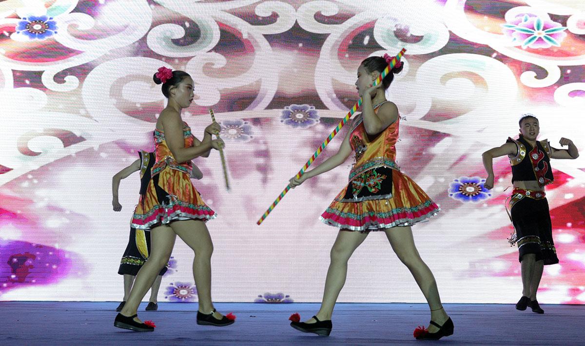 舞蹈《苗族花棍舞》