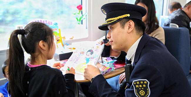 """【新春走基層】列車上的""""兒童樂園"""" 帶娃長途旅行不再""""煩"""""""