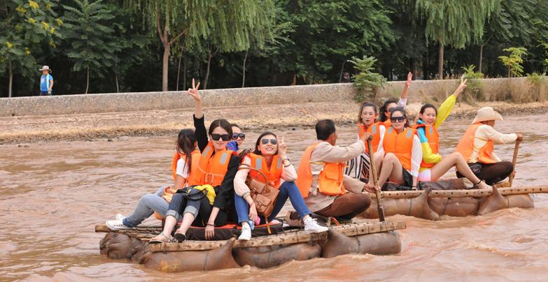 遊客乘羊皮筏子漂流