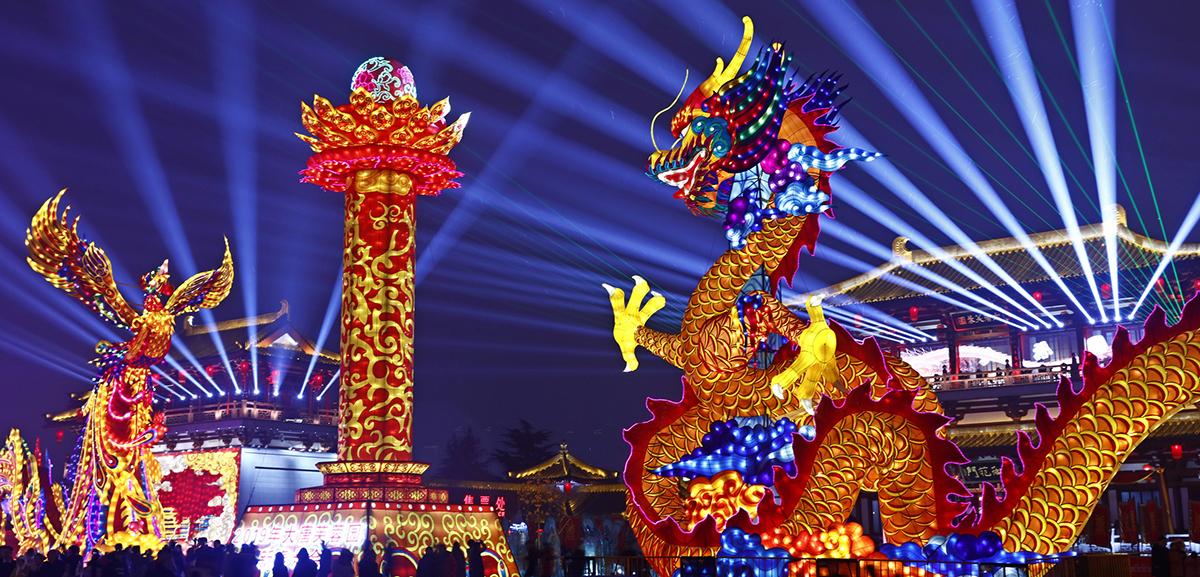 遊人在西安大唐芙蓉園景區欣賞花燈