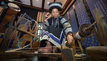 非遺傳承人在展示布依族服飾的制作過程