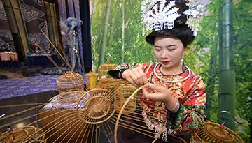 非遺傳承人在展示鳥籠制作技藝