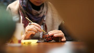 """非遺傳承人在展示""""牙舟陶器""""的制作過程"""