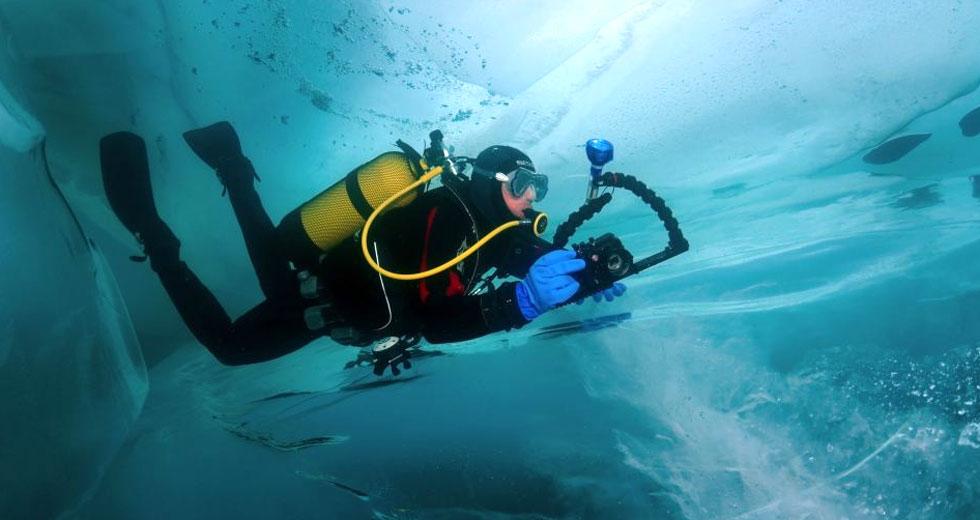 烏攝影師冒極寒潛水拍世界最大湖下冰窟