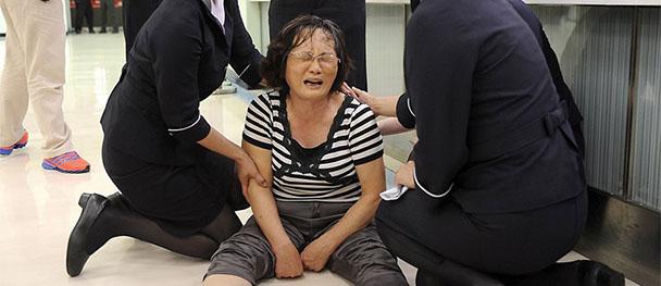 失事航班家屬趕抵機場 失聲痛哭