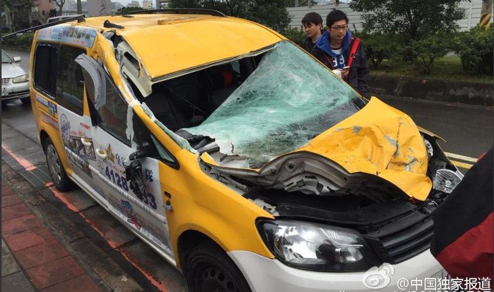 坠河台湾复兴航空飞机机翼曾擦撞出租车