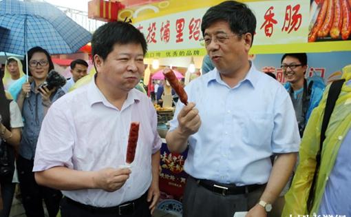 國臺辦副主任龍明彪逛兩岸特色廟會