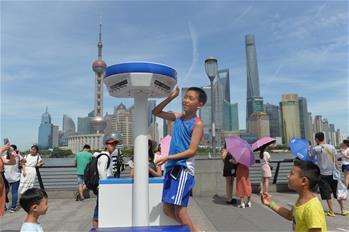 上海:高溫持續 噴霧降溫