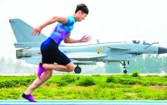 短跑名將張培萌與殲-10賽百米
