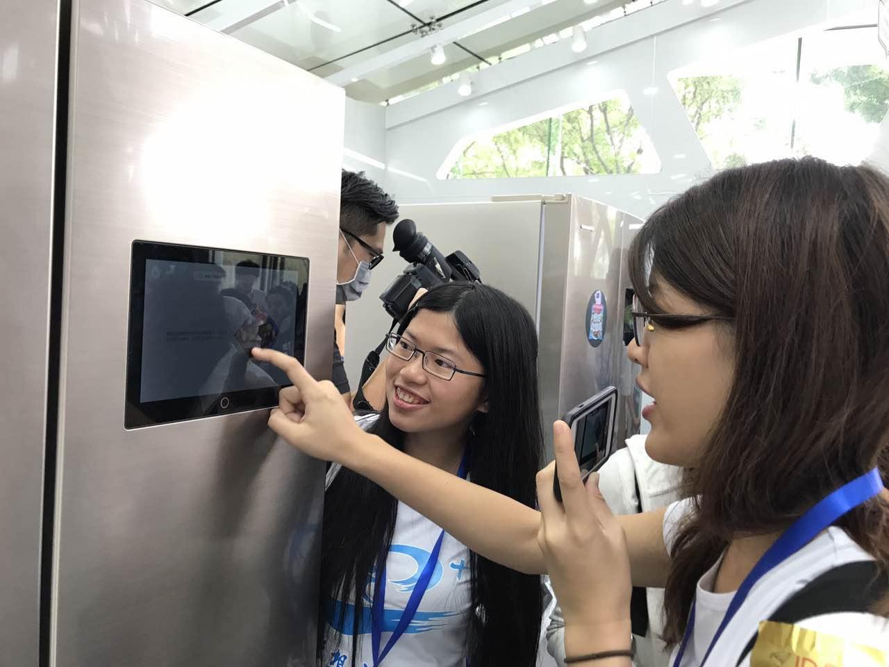 台湾学生在京东集团体验智能电子产品