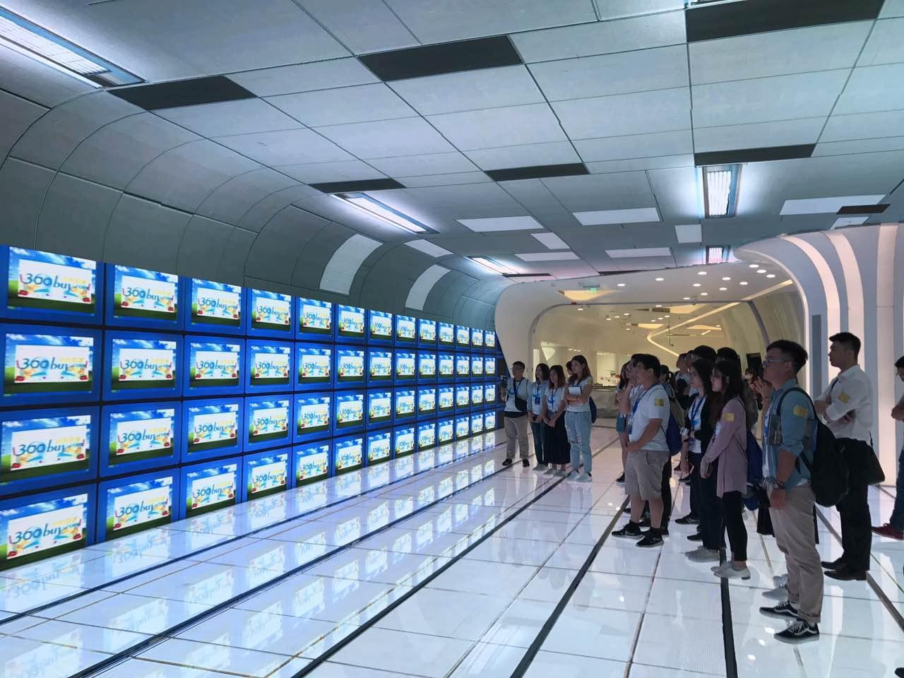 台湾学生参观京东科技展厅