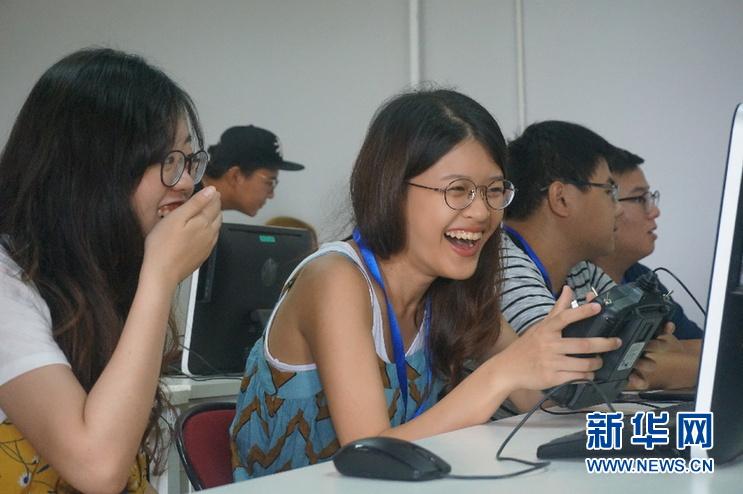 """""""台湾青年大陆互联网+梦想之旅""""走进新华网无人机培训学院"""
