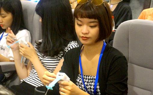 臺灣青年在新華網體驗生物傳感影視評測