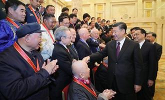 慶祝大會結束後,習近平等會見受表彰人員及親屬代表