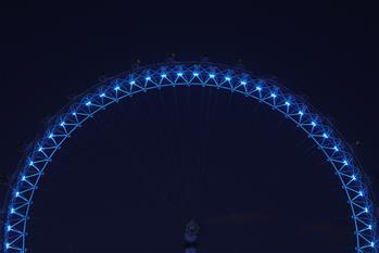 伦敦亮灯致敬医护人员