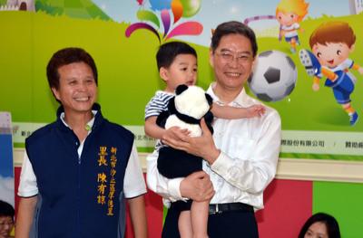 張志軍送新北市孩童熊貓玩偶 引起一陣歡呼(圖)