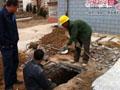 燃氣管道泄漏致樓體下沉 城建更換派人維修