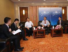 参会嘉宾与媒体记者深入探讨