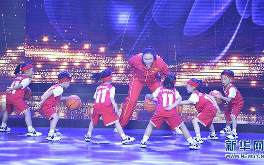 邵婷和孩子們進行籃球互動