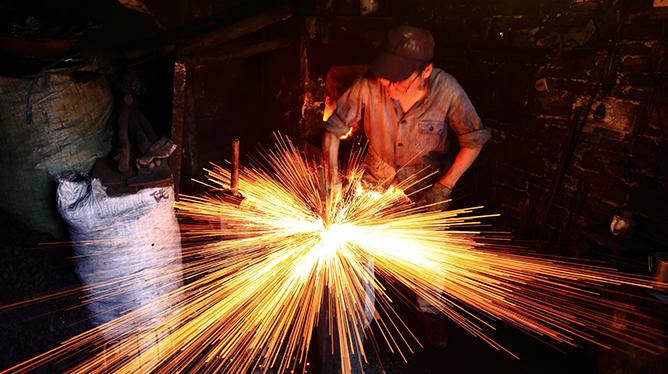 【新華圖視】即將消失的老行當——鐵匠們的堅守