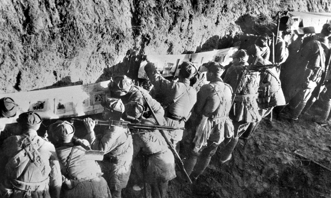 1948年冬,淮海戰役期間,雙堆集前沿陣地舉辦的戰地影展,深受解放軍戰士歡迎。新華社稿  袁克忠攝