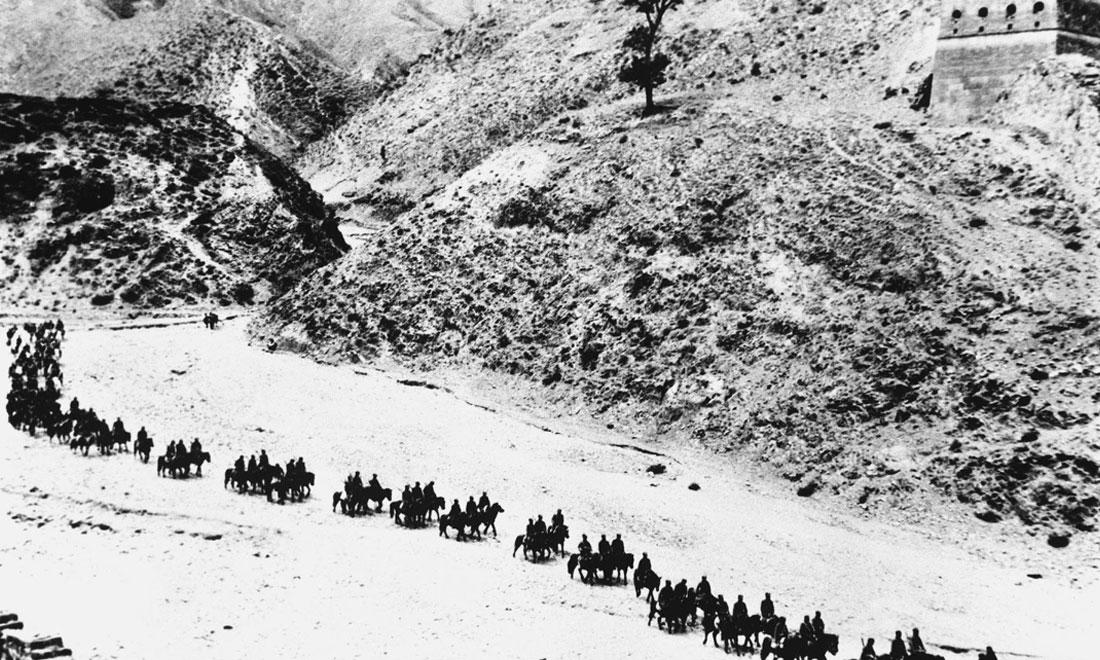 1937年11月太原失守後,八路軍向華北敵後挺進,分兵發動群眾,開展敵後遊擊戰爭,創建敵後根據地。新華社稿 沙飛攝