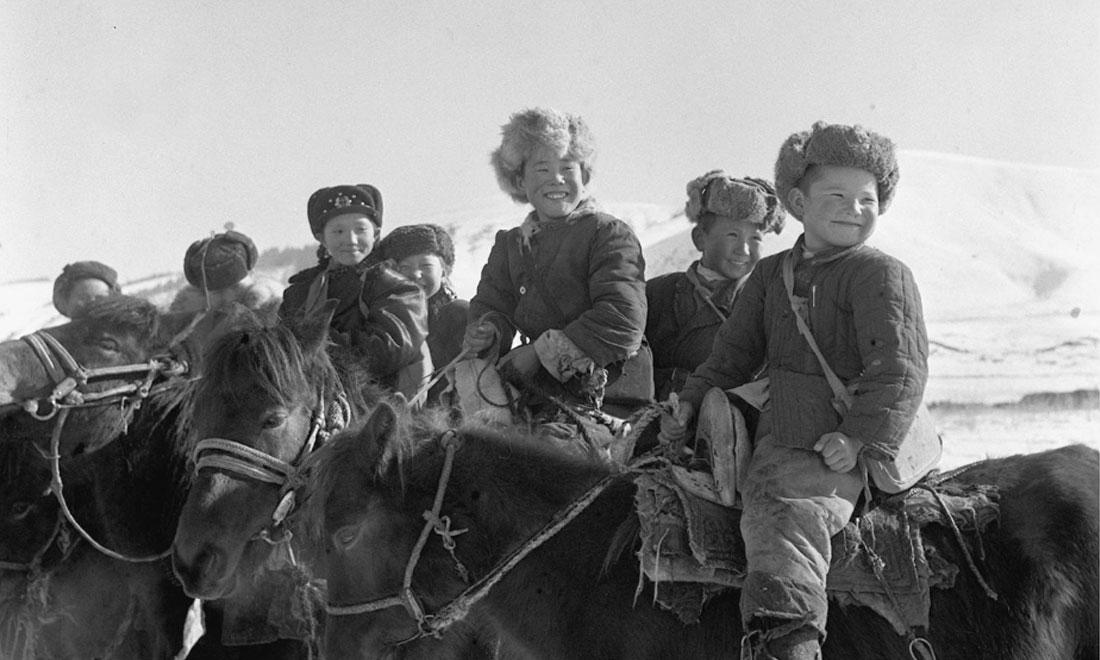 1964年春,新疆伊犁哈薩克自治州昭蘇縣的哈薩克族小學生們。新華社記者武純展攝