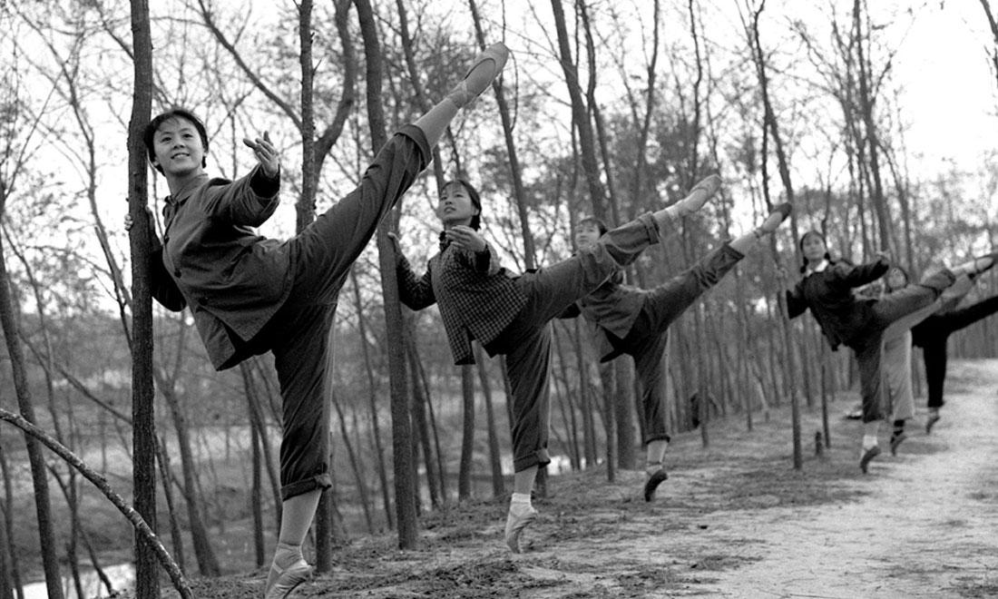 1972年秋,上海市舞蹈学校《白毛女》剧组的演员们来到上海市金山县金卫公社参加劳动锻炼,在农村也坚持练功。澳门金沙国际娱乐社记者黄田宝摄