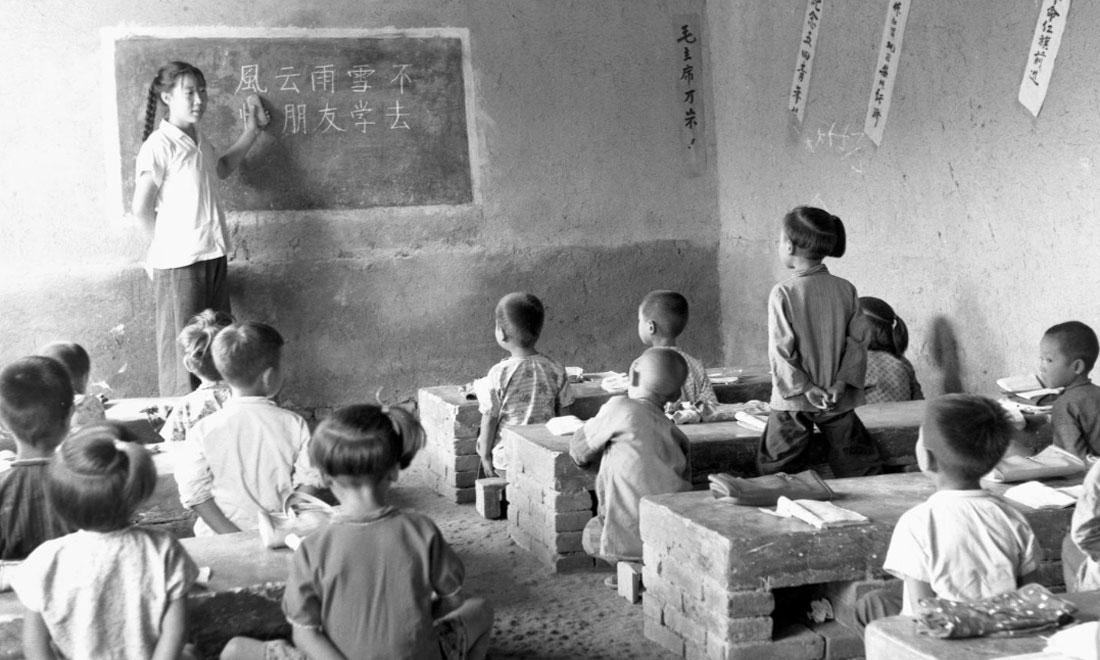 1964年夏,河北省壩縣煎茶鋪公社西煎大隊,一所耕讀小學的學生們在上課。新華社記者梁一丁攝