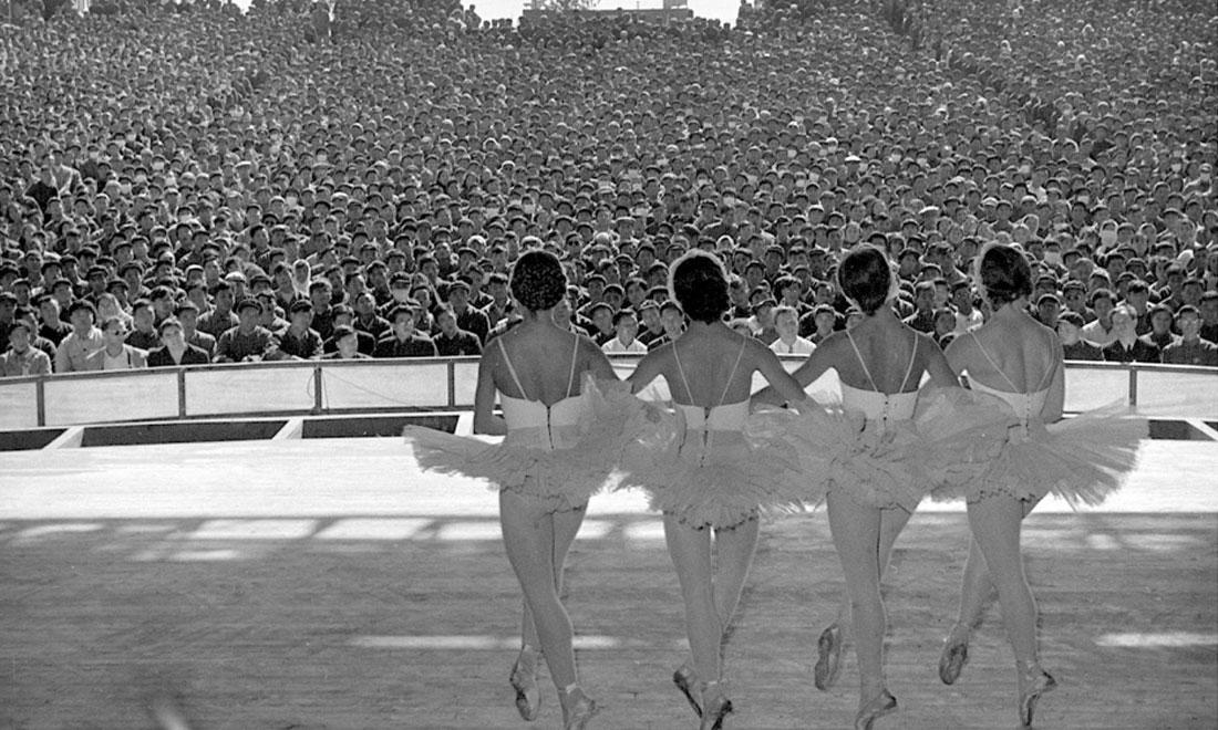 1957年10月,蘇聯國立新西伯利亞歌劇芭蕾舞劇院為北京石景山鋼鐵廠工人演出。新華社記者鄭震孫攝