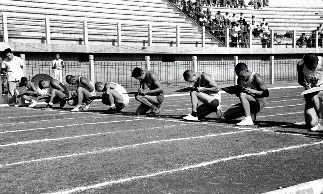 1952年8月2日,慶祝中國人民解放軍建軍25周年全軍運動會在北京舉行,運動員在進行識字賽跑比賽。新華社記者岳國芳攝