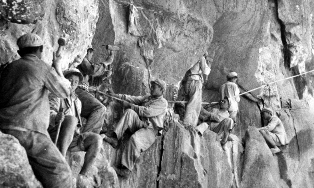 1954年,修筑康藏公路的解放军战士们在怒江两岸的悬崖陡壁上辟山筑路。澳门金沙国际娱乐社稿 李万春、张加里摄