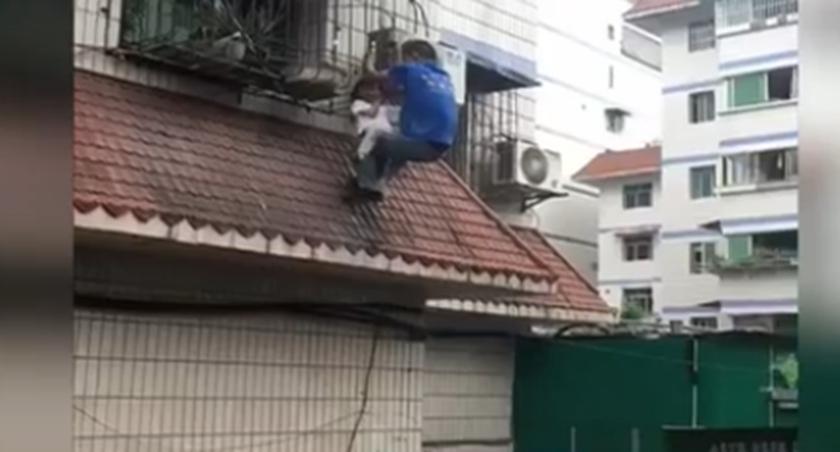 """重慶:女童被卡窗外 空調哥變""""托舉哥"""""""