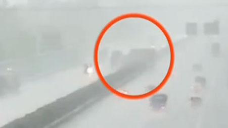 大客車遭迎面撞擊 司機臨終前將車停穩突遭猛烈撞擊