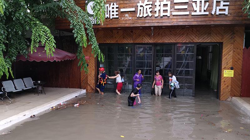 強降雨突襲 三亞消防救出9名被困群眾
