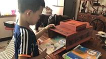 爺爺自制木書包獎勵孫子 滿滿愛意與期待