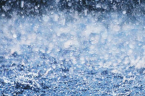 全球多地遭雨水侵襲