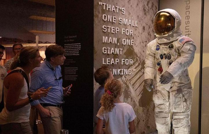 阿姆斯特朗登月宇航服在美博物館亮相