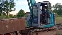 挖掘機司機秀技 利用支點巧妙上卡車