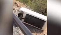 男子山崖亂扔冰箱 警方:撿回來