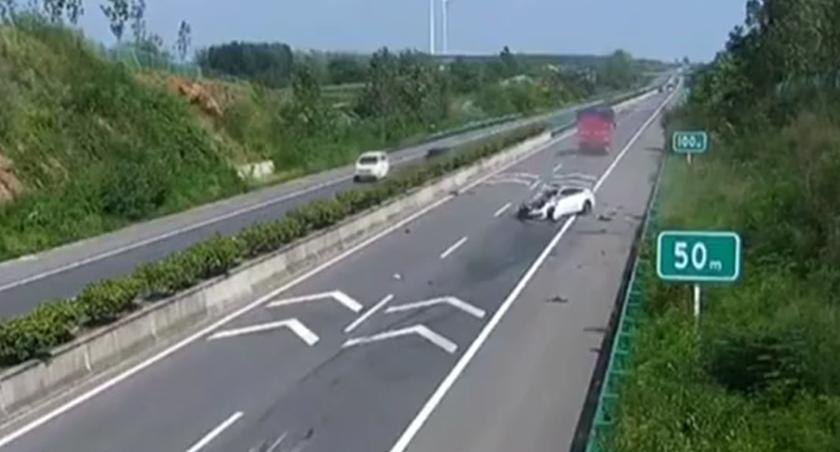 安徽明光:司機疲勞駕駛又超速 追尾貨車