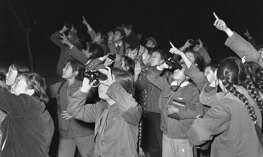 北京市少年之家天文小組的少先隊員們用望遠鏡和肉眼觀測蘇聯人造衛星(1957年 新華社記者張赫嵩攝)