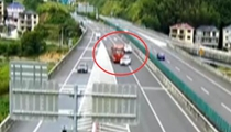 浙江杭州:轎車進匝道突變道連撞兩車