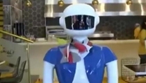 前衛!生意不錯 土耳其餐廳用機器人服務員