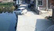 福建莆田:車輛墜河眾人救援 七分鐘救出四人